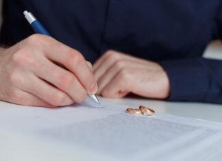 mąż pisze pozew rozwodowy